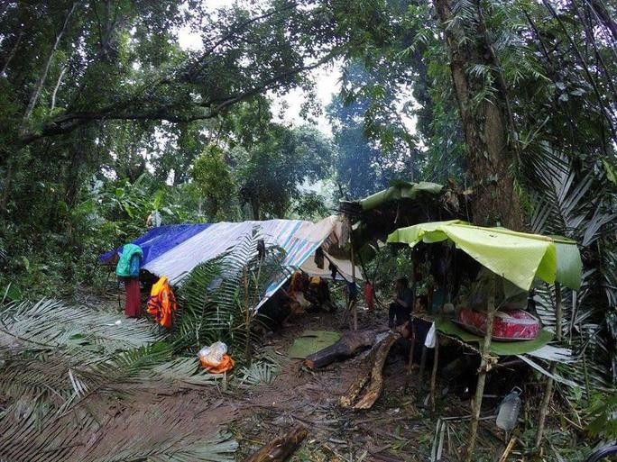 Lán trại dựng tạm trong rừng sâu phục vụ lực lượng cứu hộ tìm thi thể anh Sơn