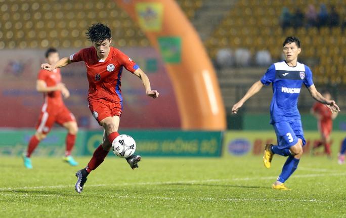 Trước đó, ở trận đấu vào lúc 15g30 cùng ngày, Than Quảng Ninh (xanh) cũng đã bị đội khách Sinh viên Hàn Quốc vượt qua với tỉ số 3-1.