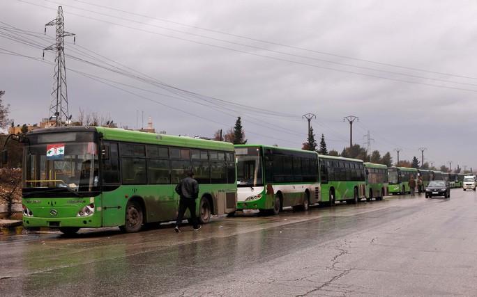 Đoàn xe đợi đưa dân thường và các tay súng nổi dậy sơ tán khỏi Aleppo Ảnh: REUTERS