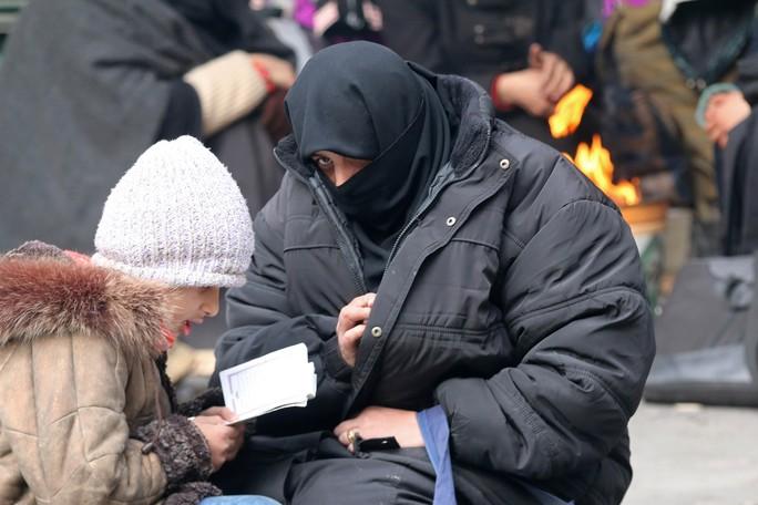 Nhiều người dân ở phía Đông Aleppo - Syria chờ được sơ tán hôm 17-12. Ảnh: REUTERS