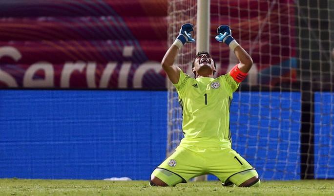 Thủ môn Villar vui mừng sau khi cản phá thành công phạt đền