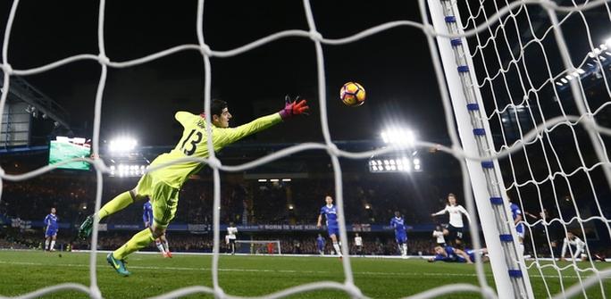 Thủ môn Courtois (Chelsea) bất lực trước cú sút của Eriksen
