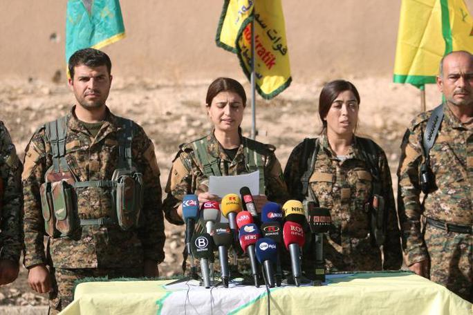 Các chỉ huy SDF tại một cuộc họp báo ở thị trấn Ain Issa. Ảnh: Reuters