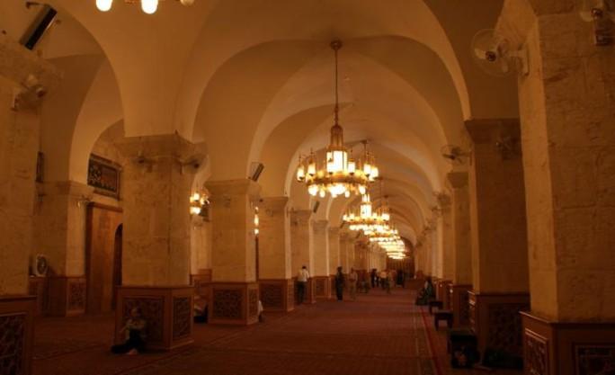 Du khách cầu nguyện bên trong nhà thờ Hồi giáo Umayyad ngày 6-10-2010. Ảnh: Reuters