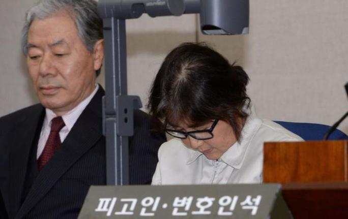 Bà Choi Soon-sil tại phiên xét xử đầu tiên. Ảnh: Reuters