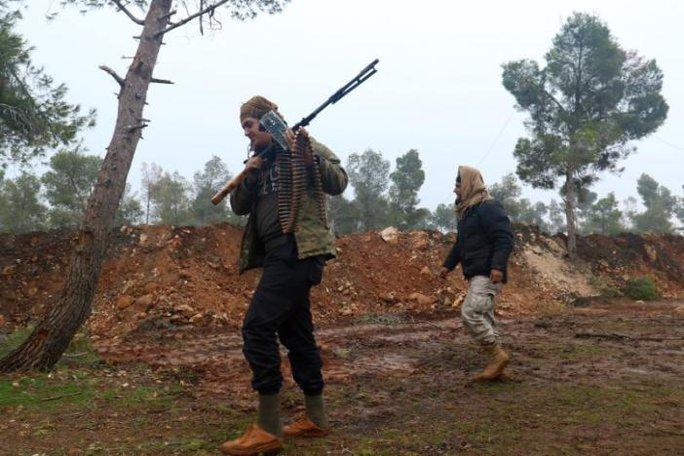 Các tay súng của phiến quân tuần tra trong khu vực khu vực Rashideen, tỉnh Aleppo, Syria hôm 30-12. Ảnh: Reuters