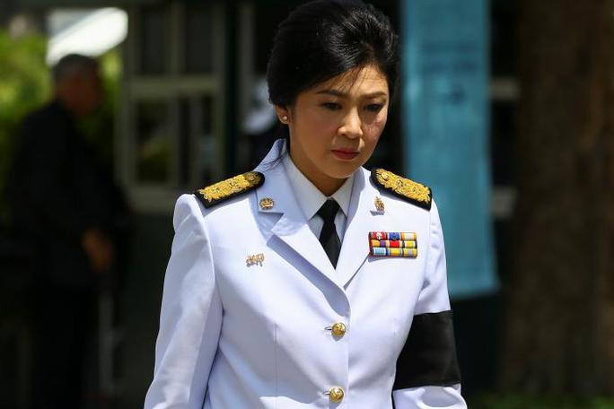 Cựu thủ tướng Thái Lan Yingluck Shinawatra đến cung điện. Ảnh: Reuters