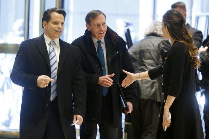 Cựu Giám đốc Cơ quan Tình báo Trung ương Mỹ David Petraeus (giữa). Ảnh: Reuters