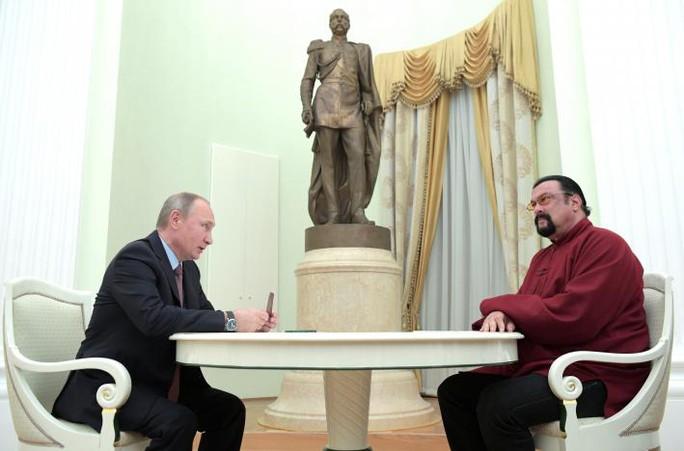 Ông Putin trao hộ chiếu cho tài tử Mỹ