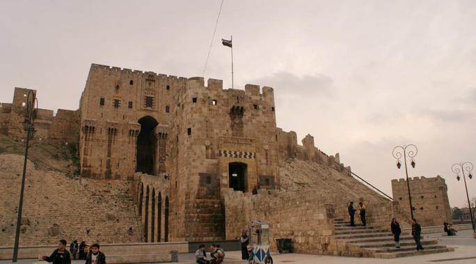 Người dân bên ngoài thành lũy lịch sử của Aleppo ngày 11-12-2009. Ảnh: Reuters