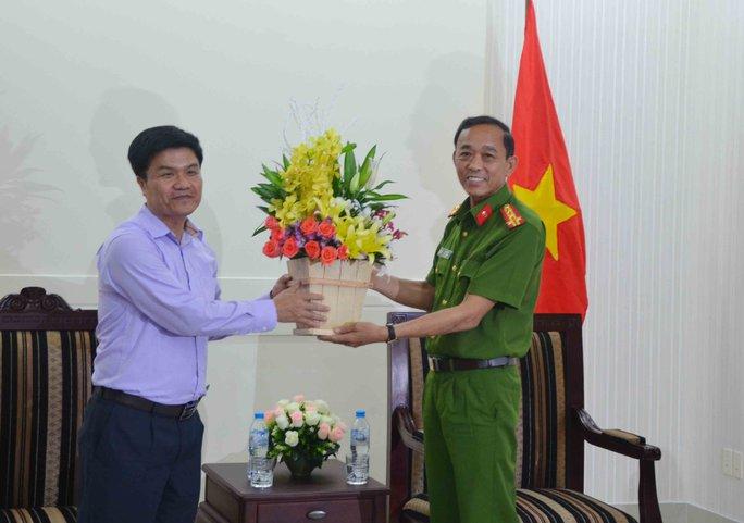 Ông Ngô Quang Vinh, Giám đốc Sở Du lịch TP Đà Nẵng tặng hoa cảm ơn lực lượng công an TP Đà Nẵng đã phá nhanh vụ án trộm đồ trong khách sạn