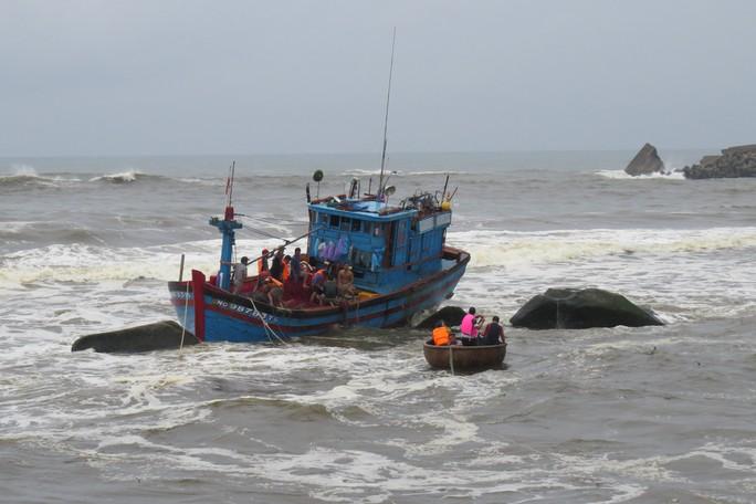 Cứu vớt 2 ngư dân trên tàu cá bị chìm