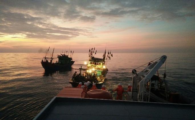 Tàu SAR 411 tiến hành làm dây để lai kéo tàu NA 90144