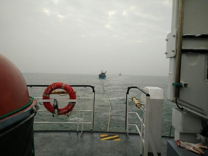 Tàu SAR 411 đang lai kéo tàu NA 90144