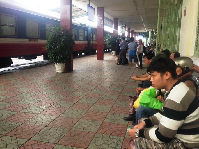 Nhiều hành khách mỏi mòn đợi tàu ở ga Nha Trang chiều 13-12