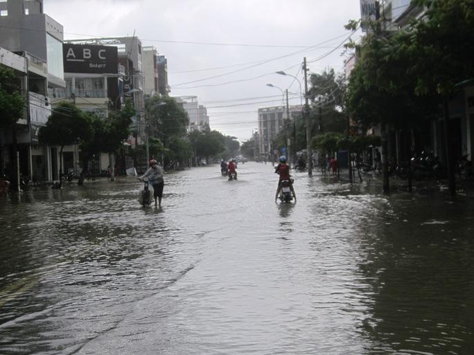 Đường Trần Hưng Đạo (TP Tuy Hòa) ngập chìm trong nước