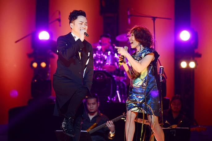 Hà Trần luôn biết cách nâng đàn em bằng giọng hát rất thông minh của mình