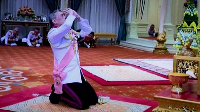 Thái tử Maha Vajiralongkorn quỷ trước di ảnh vua cha tại Cung điện Hoàng gia hôm 1-12. Ảnh: AP