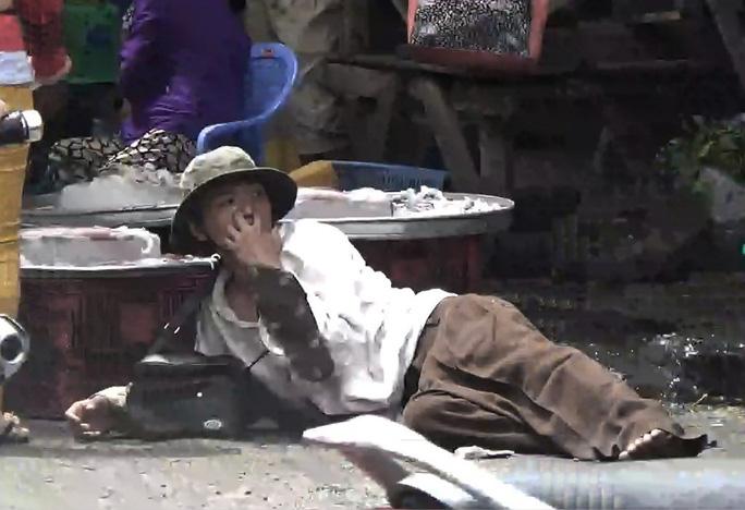 Bằng thủ đoạn bị tật 2 chân, Thắng lê lết ở các tuyến đường khu vực chợ Bà Chiểu (quận Bình Thạnh) để đánh vào lòng thương hại của người khác. Trong quá trình theo dõi, phóng viên Báo Người Lao Động ghi nhận rất nhiều người đã cho Thắng tiền hoặc mua vé số ủng hộ....