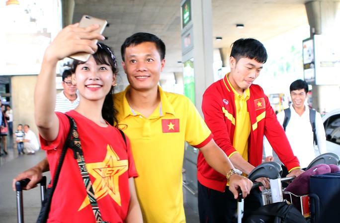 Lê Thành Lương bị CĐV xinh đẹp cùng selfie