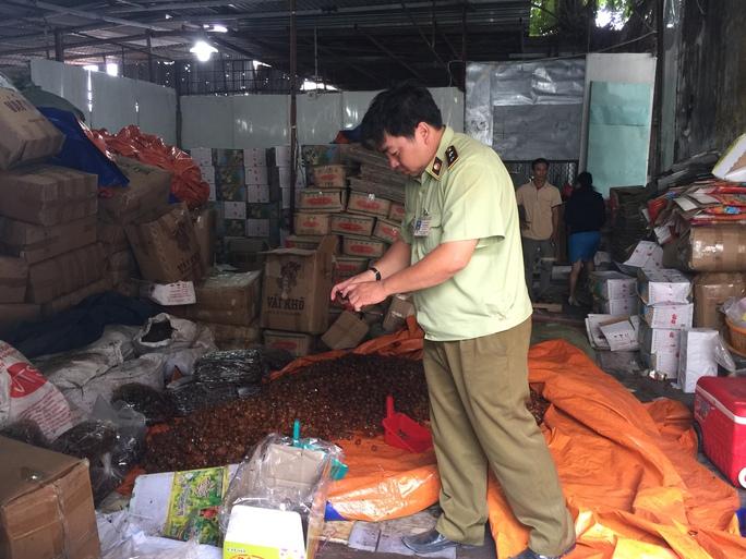 Nơi chứa thực phẩm ở khuôn viên số 127 An Dương Vương rất mất vệ sinh. Ảnh: AN NA