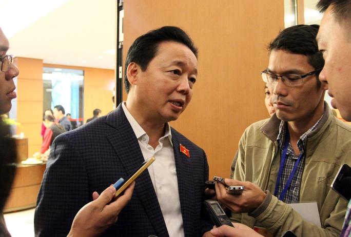 Bộ trưởng Bộ TN-MT Trần Hồng Hà trao đổi với báo chí bên hành lang Quốc hội sáng 3-11