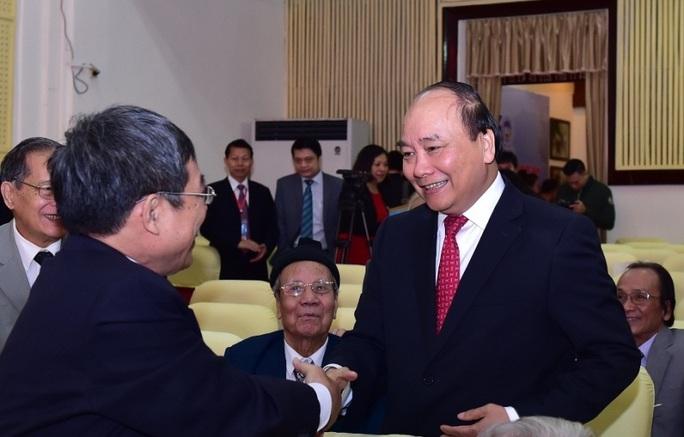 Thủ tướng Nguyễn Xuân Phúc gặp mặt các thế hệ giảng viên Trường ĐH Kinh tế Quốc dân - Ảnh: Quang Hiếu