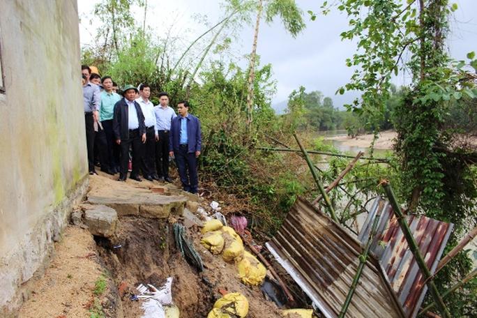 Thủ tướng kiểm tra tình trạng sạt lở đê sông tại thôn Luật Lễ