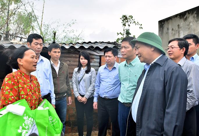 Thủ tướng thăm hỏi người dân thôn Luật Lễ bị thiệt hại nặng do mưa lũ (ảnh: Quang Hiếu)