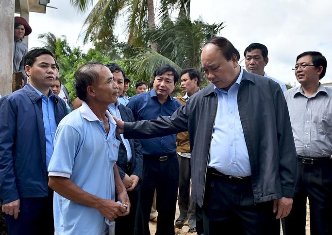Thủ tướng chia sẻ với những mất mát của bà con vùng lũ An Xuyên 3 (ảnh: Quang Hiếu)