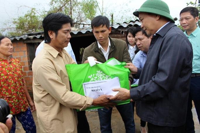 Thủ tướng trao quà hỗ trợ người dân vùng lũ thôn Luật Lễ