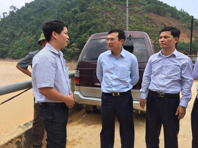 Thứ trưởng Bộ Công thương Hoàng Quốc Vượng (giữa) thị sát Thủy điện Hố Hô trưa ngày 18-10