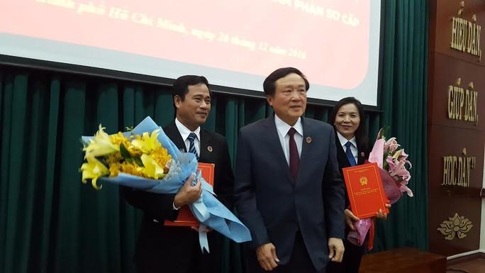 Chánh án TAND Tối cao Nguyễn Hòa Bình (giữa) trao quyết định cho hai phó chánh án TAND TPHCM