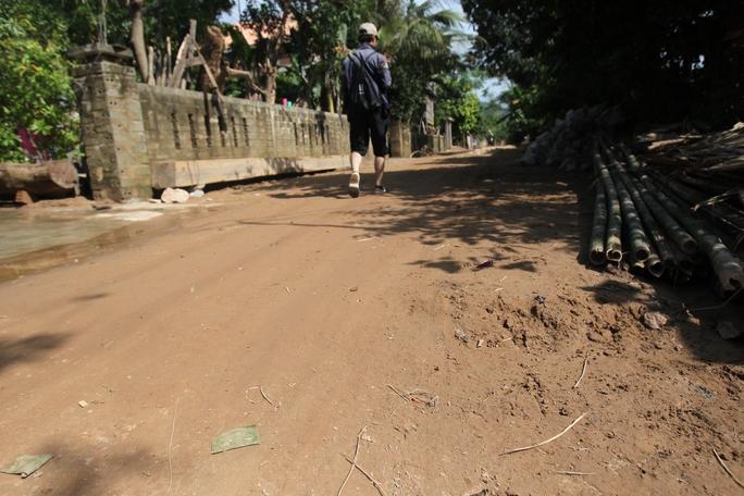 Đây là đường xi măng nhưng bây giờ đã phủ đầy bùn đất