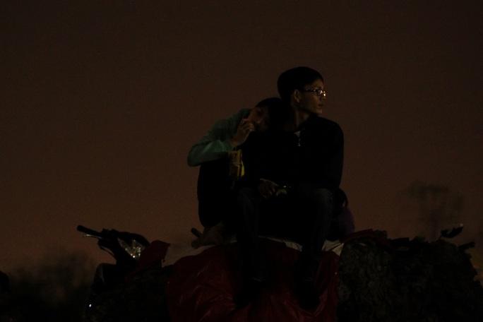 Đôi tình nhân ngồi chiêm ngưỡng siêu tẳng trên nóc hầm Thủ Thiêm.