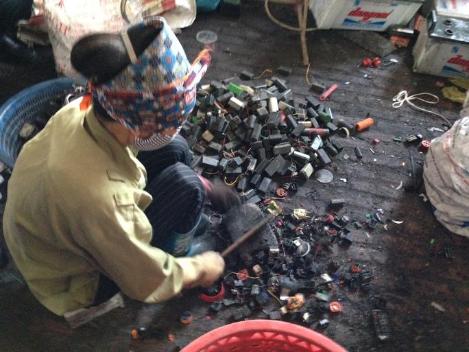 Tiếp xúc với chì trong quá trình tái chế chì cũng có nguy cơ mắc ung thư Ảnh: Ngọc Dung