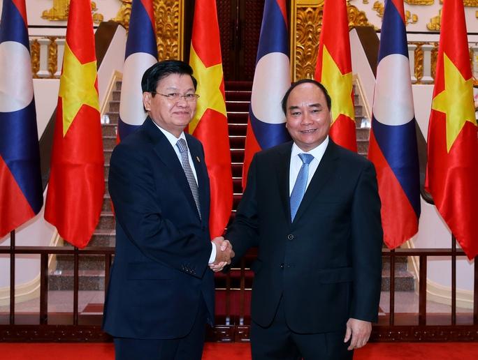 Thủ tướng Nguyễn Xuân Phúc đón Thủ tướng Lào Thoongloun Sisoulith. Ảnh: TTXVN