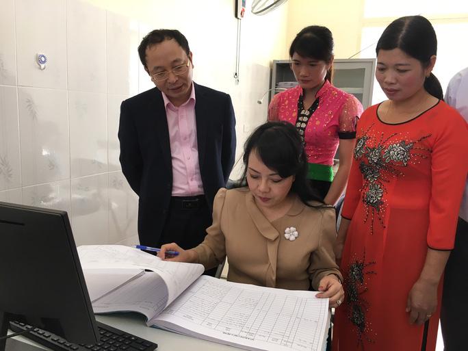 Bộ trưởng Bộ Y tế Nguyễn Thị Kim Tiến kiểm tra nhật ký khám chữa bệnh tại trạm y tế xã Chiềng Yên