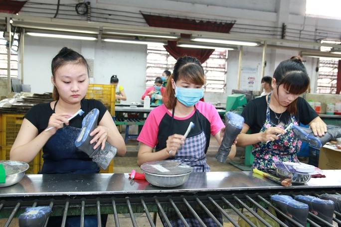Công nhân Công ty TNHH Giày da Vĩnh Phong (quận Bình Tân, TP HCM) luôn được đảm bảo quyền lợi BHXH