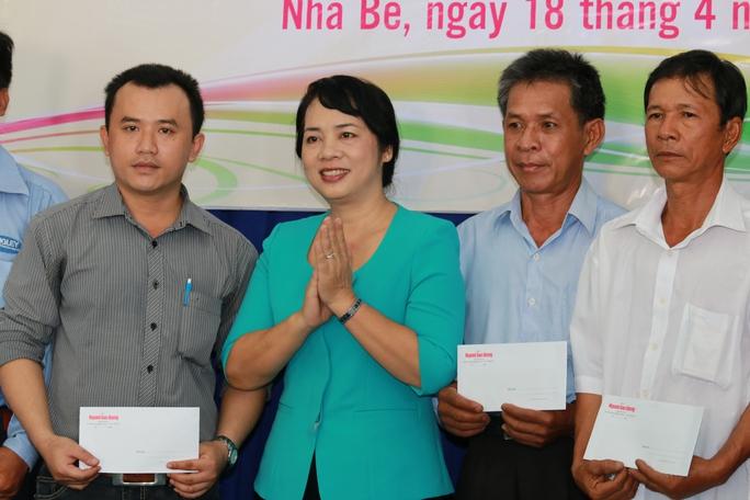 Bà Trần Kim Yến, Chủ tịch LĐLĐ TP HCM, tặng quà cho công nhân khó khăn tại huyện Nhà Bè