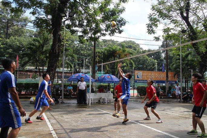 Các vận động viên thi đấu môn bóng chuyền tại hội thao
