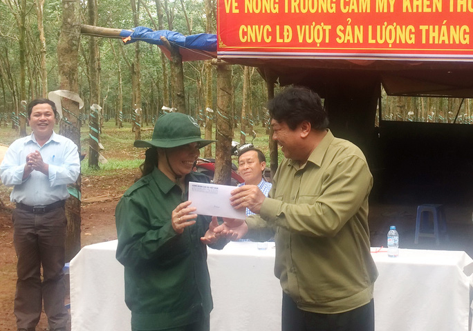 Ông Phan Mạnh Hùng, Chủ tịch CĐ Cao su Việt Nam, khen thưởng công nhân vượt sản lượng tại Nông trường Cẩm Mỹ