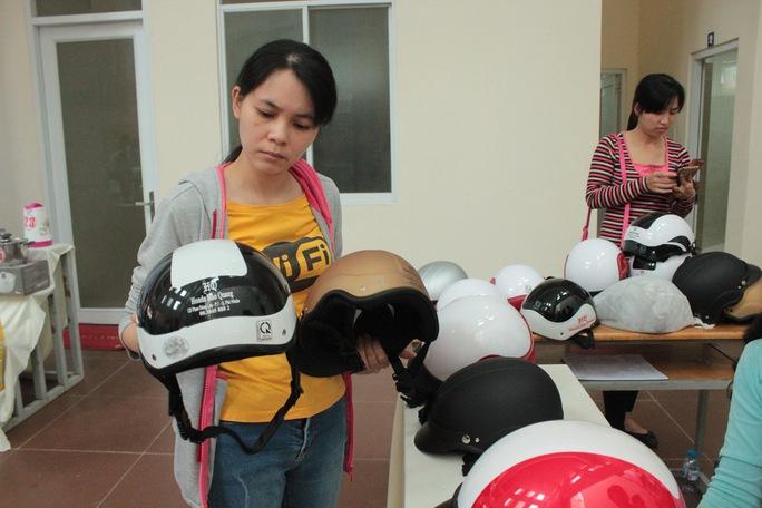CNVC-LĐ lựa chọn mũ bảo hiểm tại ngày hội