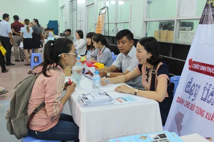 Ứng viên tìm việc tại một Ngày hội việc làm do Trung tâm Dịch vụ Việc làm TP HCM tổ chức