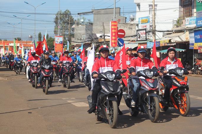 """Lễ tưởng niệm nạn nhân tử vong vì TNGT được tổ chức tại Bình Phước, lồng ghép với ngày hội """"Thanh niên với văn hóa giao thông"""" Ảnh: TTXVN"""
