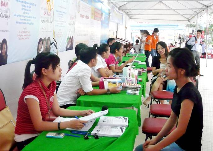 Thanh niên tham gia tư vấn học nghề, tìm việc tại Trung tâm Dịch vụ việc làm thanh niên