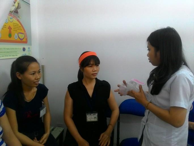 Nữ công nhân được hướng dẫn sử dụng dụng cụ vắt sữa