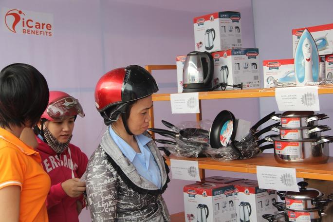Người lao động mua hàng giá rẻ tại phiên chợ công nhân. Ảnh: Quang Quý