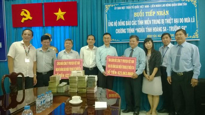 Đại diện quận Bình Tân tiếp nhận tiền ủng hộ từ Công ty Pou Yuen Việt Nam