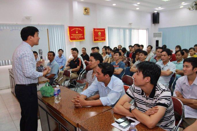 Ông Nguyễn Văn Quang phổ biến kiến thức về HIV/AIDS cho người lao động